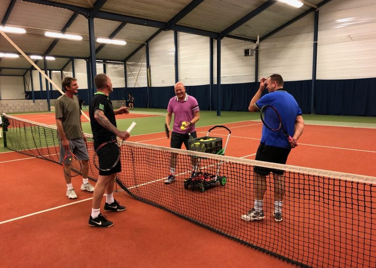 Tennisles op de indoor tennisbaan