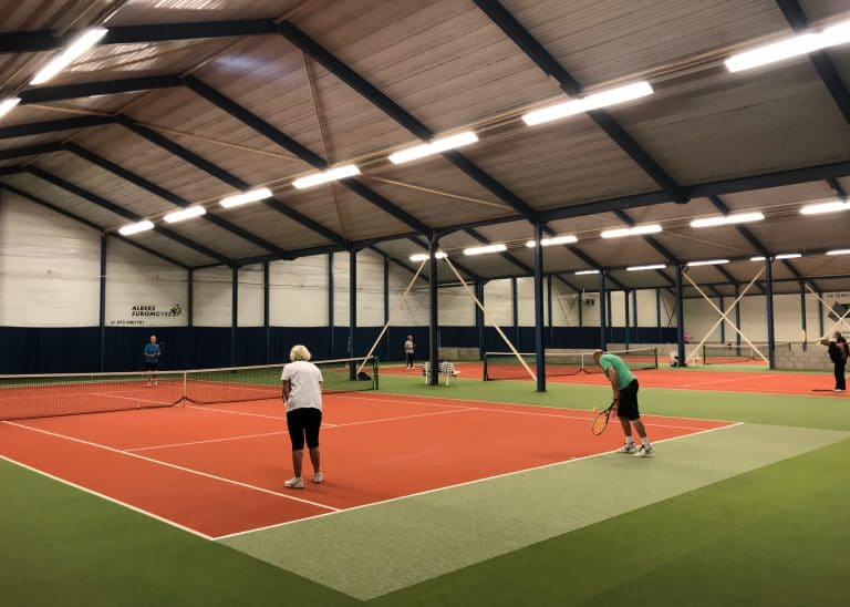 Tennissen op onze indoor tennisbanen